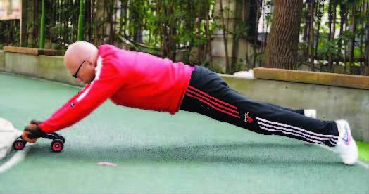 太强了!上海86岁硬核爷爷每天锻炼6小时!健腹轮能做50个!