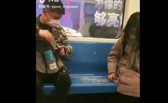"""真!爆款!小姐姐地铁里一落座,羽绒服炸了,邻座男生被惹""""毛""""~网友笑翻"""
