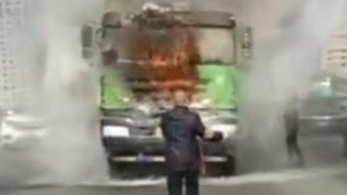 视频 | 害怕吗?不害怕!土方车着火,危急时刻公交司机挺身而出