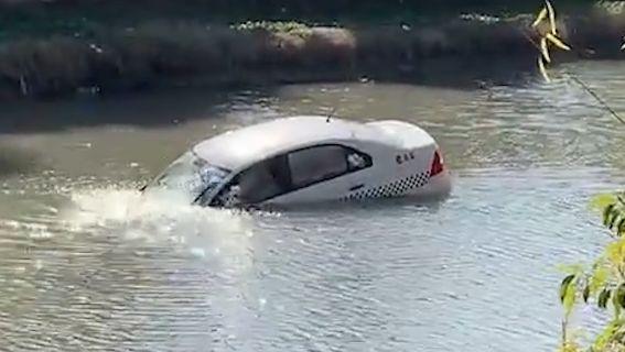视频 | 惊险!女学员把教练车开进河道 所幸车内两人成功自救