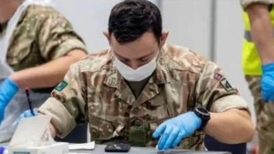 英军出动对抗疫情,当初是怎么说咱的?