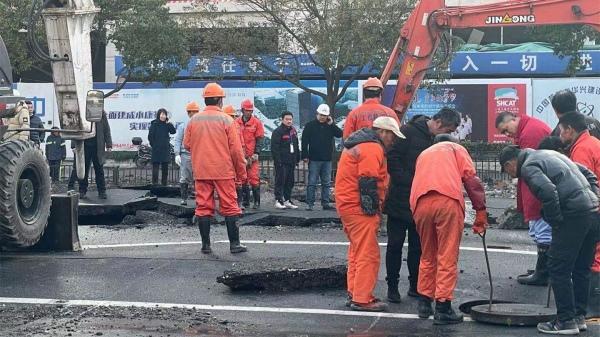 视频|紧急抢修中!西藏南路附近一地下水管爆裂,现场交通有序运行