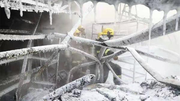 """心疼!零下8℃消防员战斗服瞬间结冰变""""冰盔甲"""""""