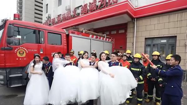 视频 | 情定火焰蓝 来看这场浪漫的集体婚礼