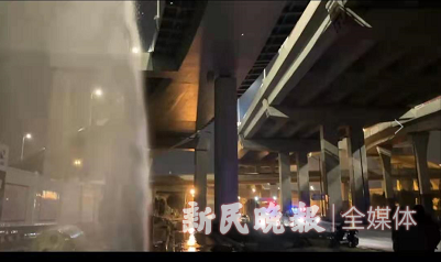 龙东大道申江路附近消防栓破裂,近10米高水柱直冲高空