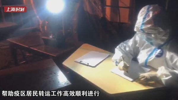 """视频   消防队接到的特殊求助:一场照明灯具的""""无接触配送"""""""
