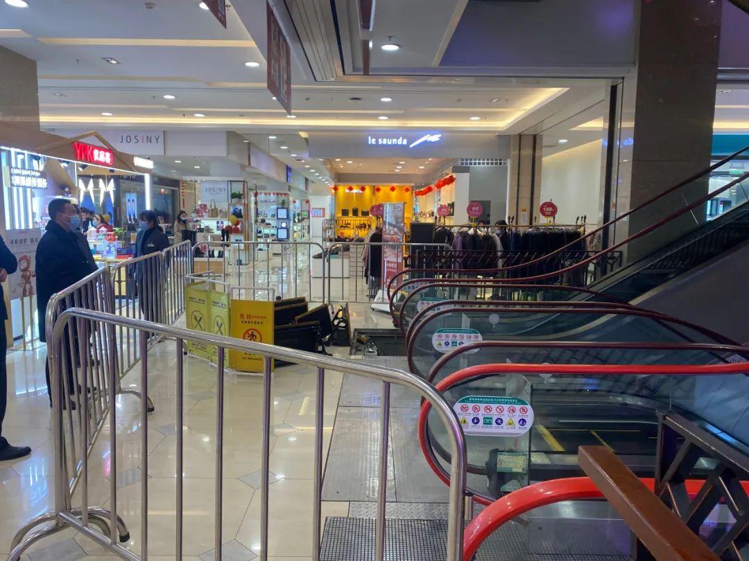 太心疼!上海杨浦3岁男孩乘自动扶梯被夹断脚掌!电梯这几个地方最危险!赶紧了解下!