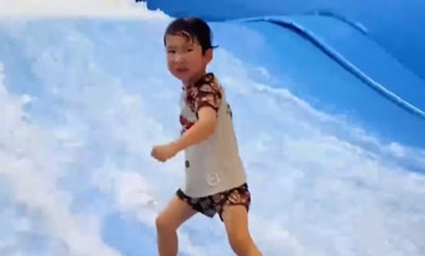 看得热血沸腾!上海3岁男娃边哭边冲浪走红全网!网友纷纷点赞,有人却提出质疑...