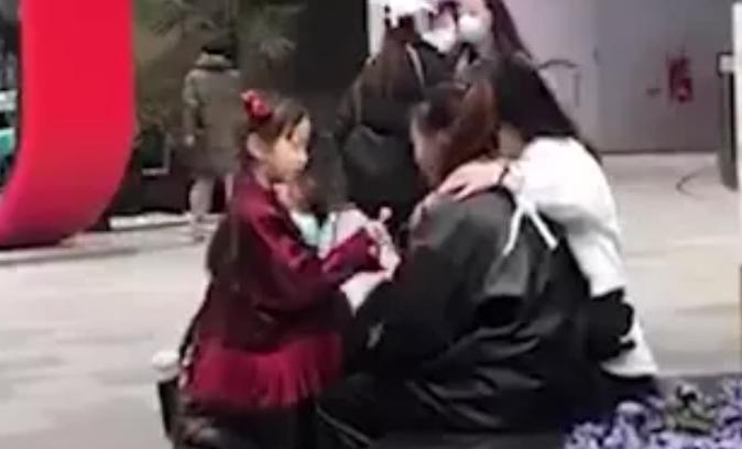 上海街头暖心一幕!小姑娘送棒棒糖,安慰路边哭泣女生~