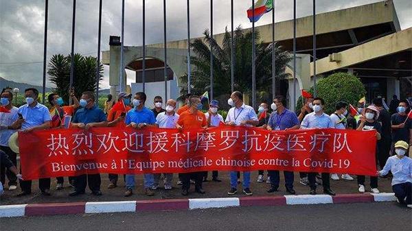 中国向科摩罗捐赠的新冠疫苗运抵,总统亲自接机
