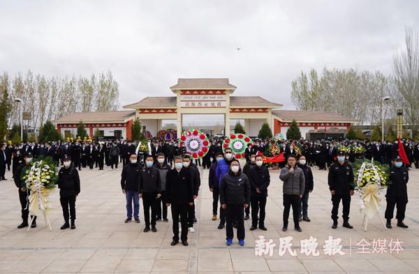 上海援疆前指、驻疆办党员干部到疏勒烈士陵园祭扫英烈
