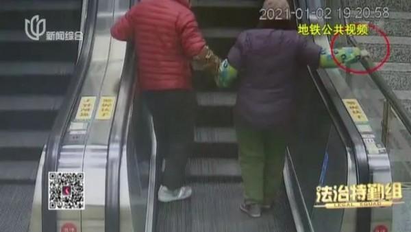 悲剧!上海一对老夫妇,手拉手乘地铁!只因一个动作,一周内竟双双离世!