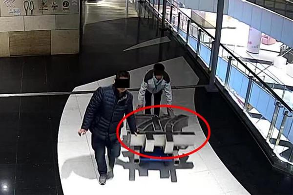 视频   上海一男子盗走商场三块广告牌,只为当废品卖