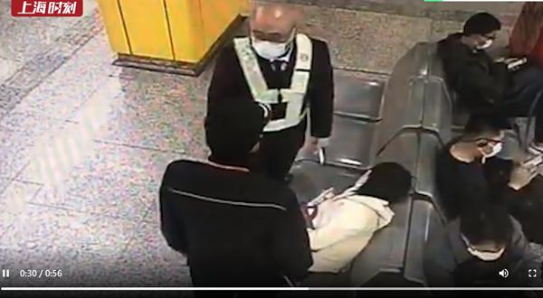 视频 | 上班高峰乘客晕倒站台 地铁站长及时救助