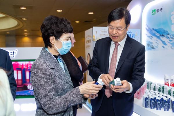 推动中国乳业国际化更高水平落地  蒙牛助力中新经贸深化发展