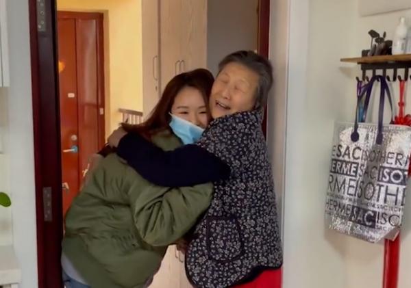 """上海女孩2年没回家,3次假扮快递员""""骗""""过奶奶!结局亮了!"""