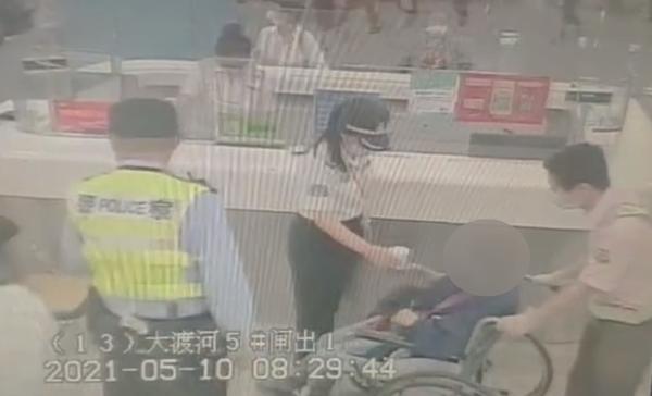 视频   失智老人拿发票购地铁车票 地铁站长助其找回家人