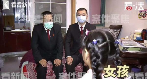 这是亲妈?7岁女孩称:从没睡过床!平时睡厨房地上!上海法院判了!