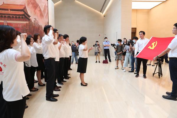 中共一大纪念馆内,黄浦教师重温入党誓词