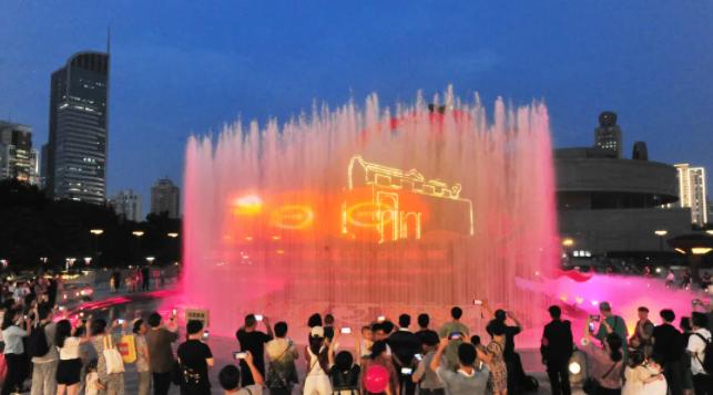 美!上海人民广场这个地标全新亮相啦!全城洋溢着喜庆气氛!