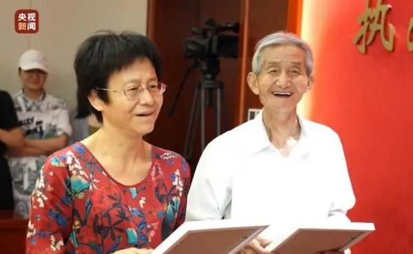 """92岁上海老兵找回失散女儿!这一声""""爸爸"""",他足足等了57年!"""
