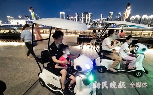 伴游机器人陪伴市民纳凉消暑