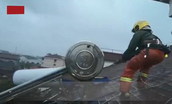视频   大风引发坠物风险 上海消防紧急排险