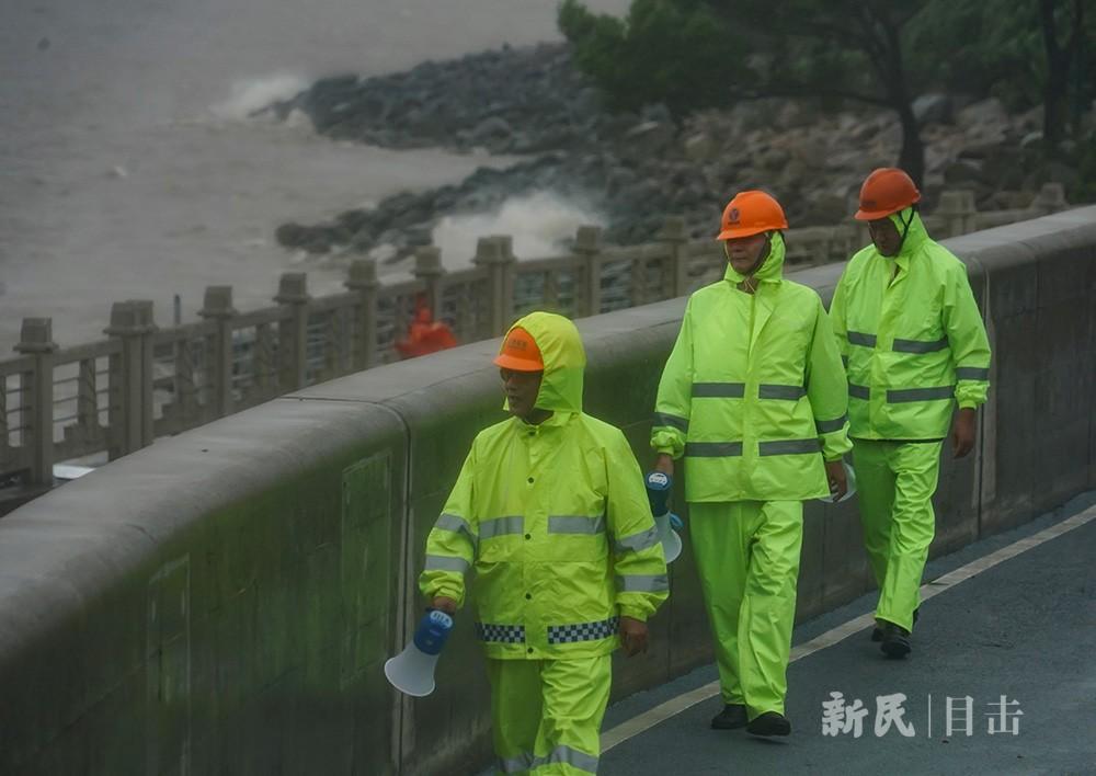 """众志成城 抗击台风""""烟花"""""""