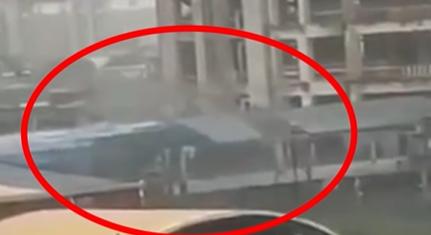 视频   上海地铁1号线莘庄站站外天桥通道顶板被吹落