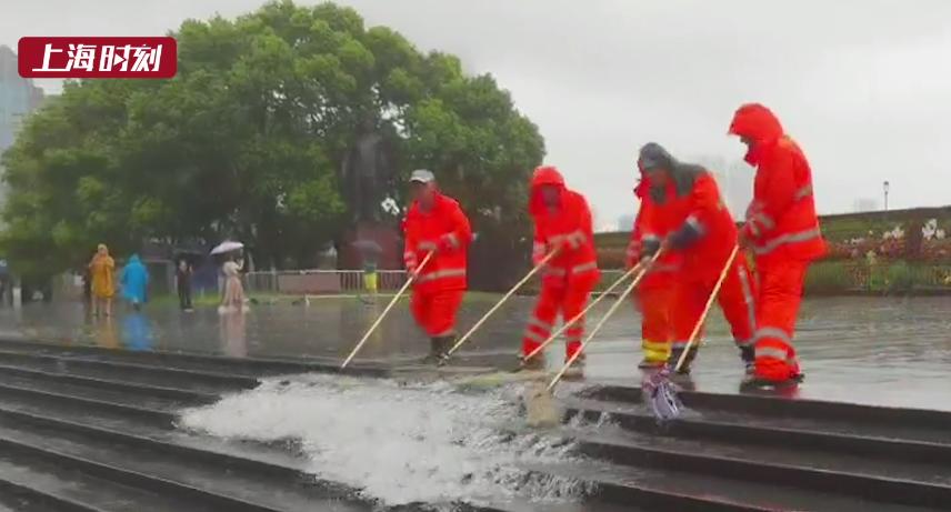 视频   台风来袭致申城多处积水 应急人员紧急抽排