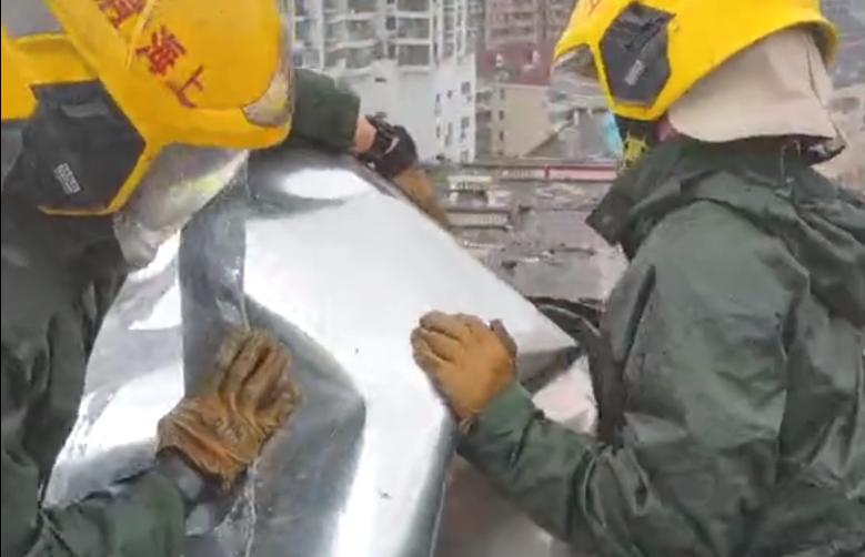 """视频   面刚泡上就要出警 上海消防全力应对台风""""烟花"""""""