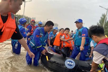 不惧风雨,勇敢担当!南京依维柯同蓝天救援队一起守护新乡!