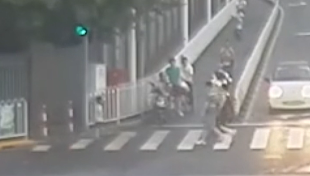 视频   父母吵架孩子落单 路上泪崩遇民警