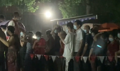 视频   乐动体育心圆西苑小区不眠夜!暴雨中,他们坚守岗位彻夜疏导