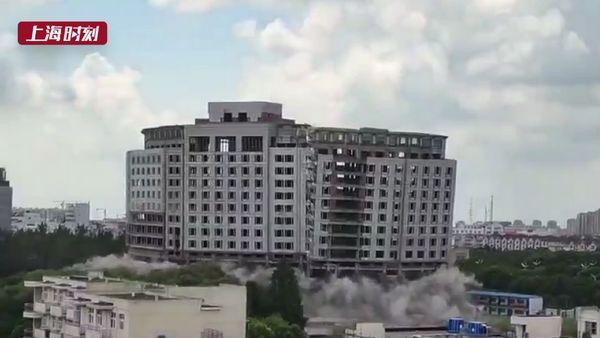 视频   炸了炸了炸了!乐动体育青浦的这栋烂尾楼今天下午成功爆破