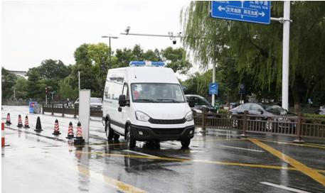 扬州90后女孩,向医院捐赠了一辆依维柯负压救护车