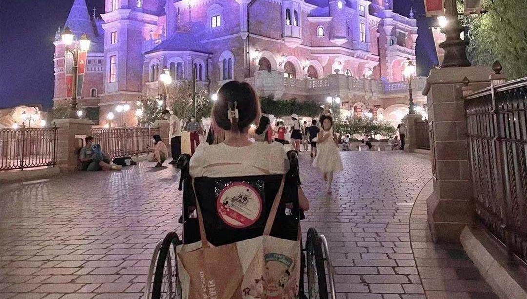 手脚正常的年轻人,坐轮椅玩上海迪士尼,只因懒得走路?