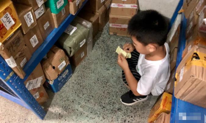 太可爱了!5岁男孩在小区里创业,一次0.5元!