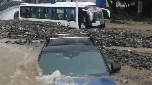 强降雨引发山洪泥石流 河南一景区附近数辆汽车被淹埋