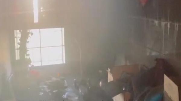 视频 | 睡梦中被烟味惊醒!一小区电梯失火消防破门救人