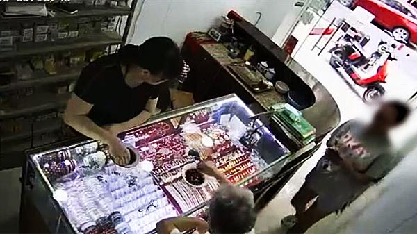视频   六旬老人金戒被盗 警方循线24小时追回