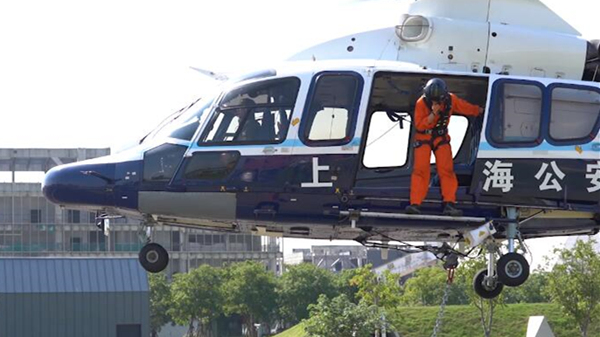 视频 悬挂国旗低空飞越申城,上海警航直升机原来是这样做到的!