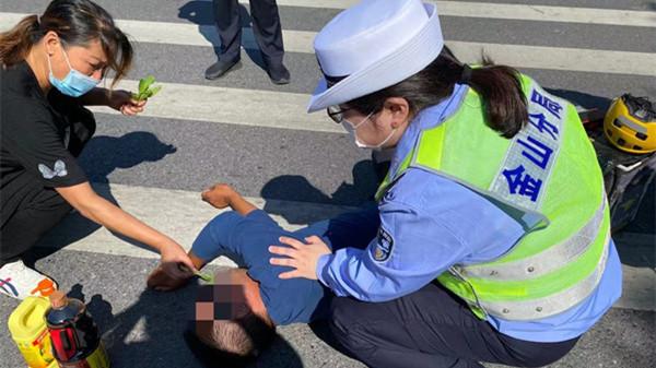 男子突发疾病昏迷 警民合力及时救助