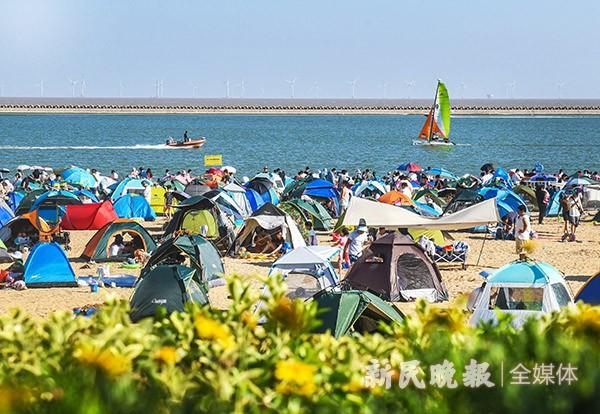 天气炎热 假日感受海边清凉