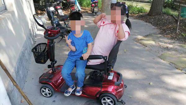 """6岁""""熊孩子""""偷开老人代步车带姐姐兜风"""