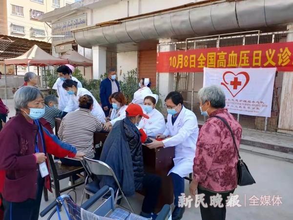 """上海援疆医疗专家开展 """"高血压日""""社区义诊宣传活动"""