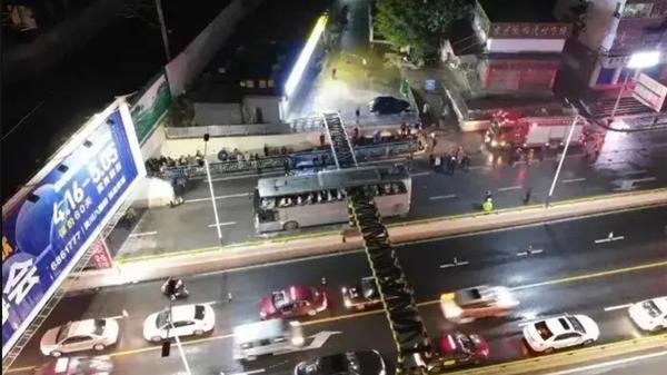 桂林大巴撞限高栏被削顶致1死案一审:司机获刑两年六个月