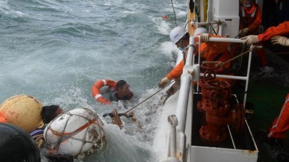 东海海域一渔船沉没 2人获救11人失联