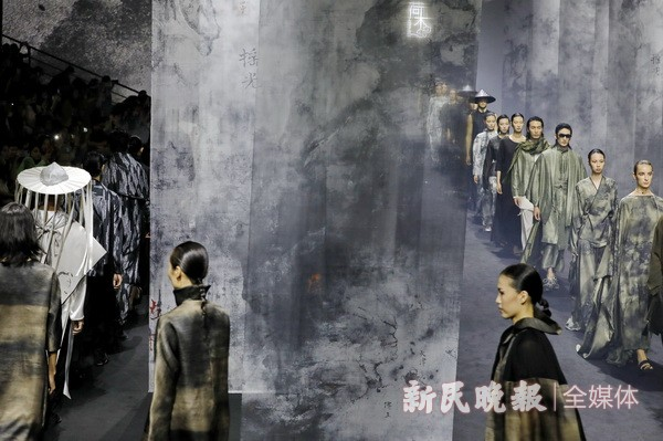 2022春夏上海时装周:中国设计师品牌新作闪亮登场 台前幕后不一样的风景