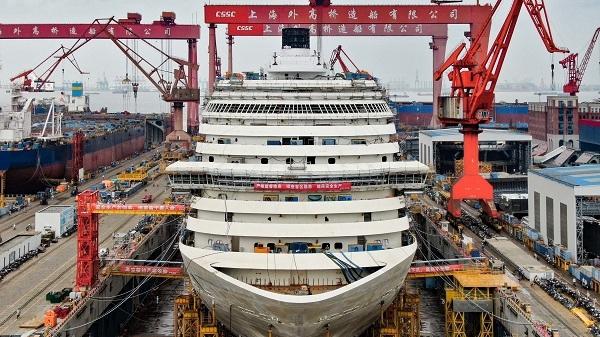 中国首制豪华邮轮今天全船贯通,船总长323.6米,大到绕船坞走一圈要25分钟